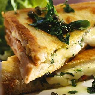 geschmolzender Mozzarella im Toast