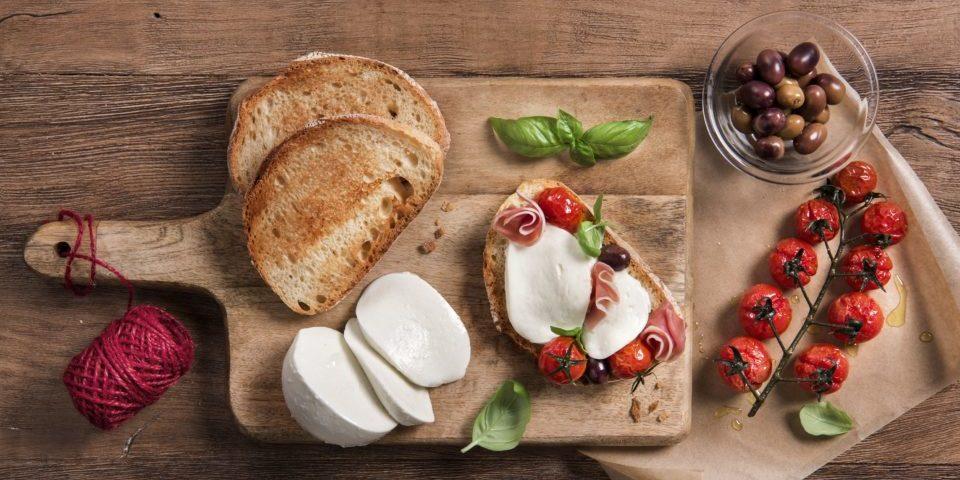 Bruschetta mit Mozzarella, Kirschtomaten, Oliven und Basilikum