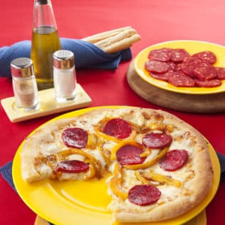 Pizza mit gelber Paprika, pikanter Salami und Mozzarella