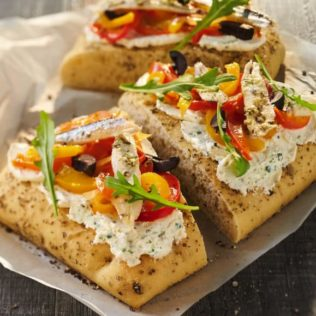 Mediterrane Focaccia mit Freschetto Pesto