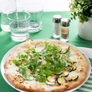 Pizza mit Zucchini, frischem Rucola und Galbani Mozzarella