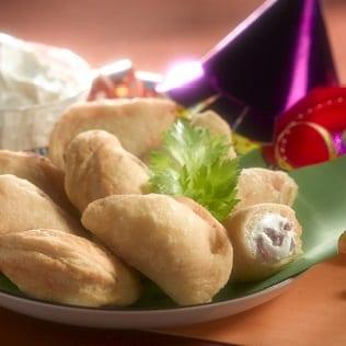 Gefüllte und frittierte Teigtaschen mit Ricotta und Salami