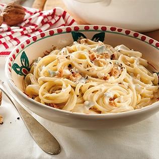 Spaghetti mit Gorgonzola Sosse und gerösteten Pinienkernen in Schale
