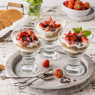 leichtes Ricotta Schichtdessert mit Früchten im Glas