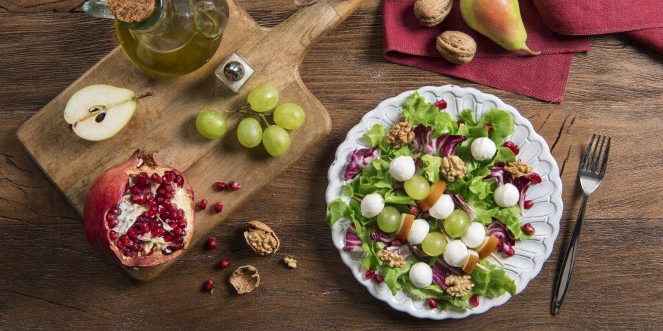 Winterlicher Salat mit Mozzarella Mini, Birnen, Trauben