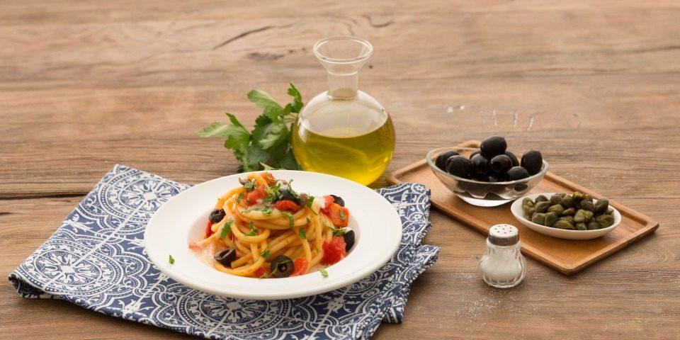 Italienische Nudeln mit Oliven, Kapern und Tomaten