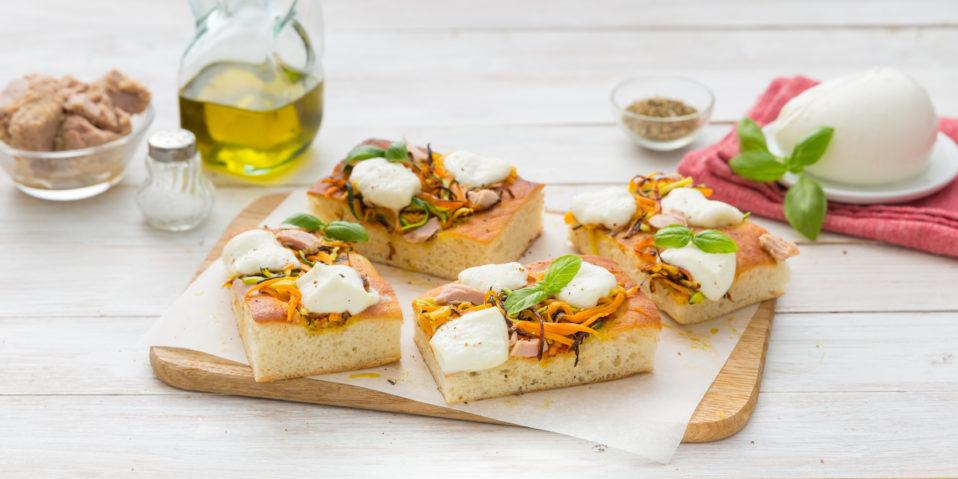 Pizza mit Gemüse Julienne und Mozzarella