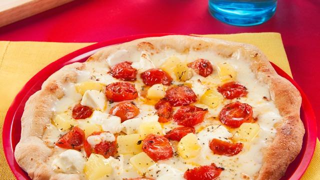 Pizza mit Mascarpone, Mozzarella und Cherrytomaten