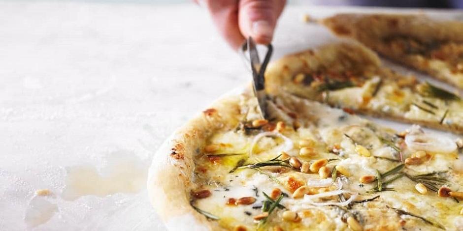 Pizza 4 formaggi mit Pinienkernen