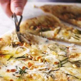 Pizza 4 formaggi mit Üinienkernen