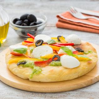 Pizza mit knusprigen Gemüse und Büffelmozzarella