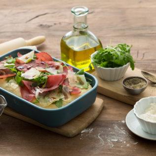 Pizza_ mit Parmaschinken und Rucola Salat