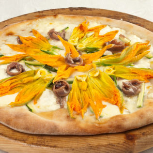 Pizza mit Ricotta, Gorgonzola und Kürbisblüten