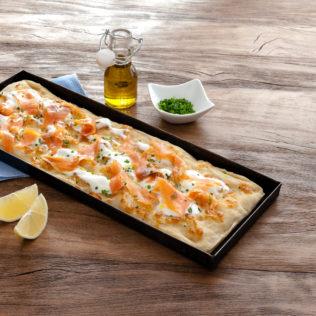 Rechteckige Pizza mit Mozzarella und Lachs