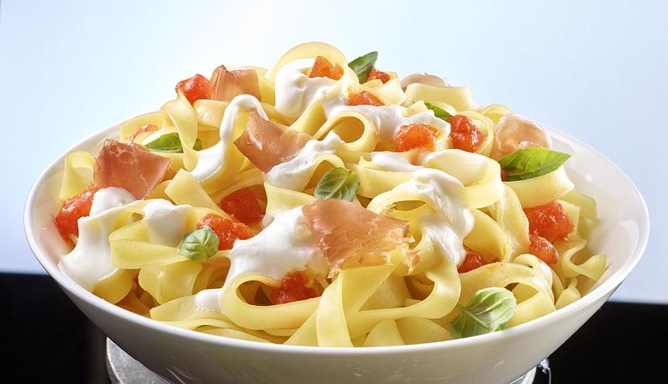 Tagliatelle mit Ricotta Sauce Tomaten Parmaschinken und Basilikum
